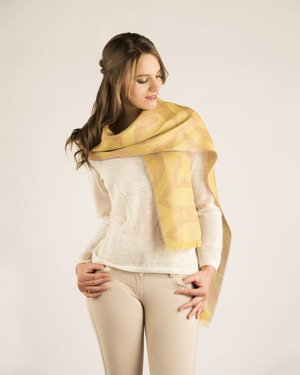 Écharpe SHADOW en bébé alpaga et soie - écharpes, bonnets et pulls en alpaga. Fine Alpaca, fine laine et coton du Pérou, vêtements en fibres naturelles.